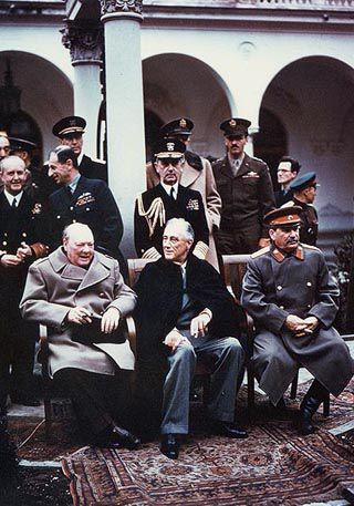 Churchill, Roosevelt und Stalin auf der Konferenz von Jalta, Februar 1945,<br>Foto: Army Signal Corps [http://www.history.navy.mil/content/history/nhhc/our-collections/photography/us-people/l/leahy-william-d/usa-c-543/_jcr_content/mediaitem/image.img.jpg/1425507025072.jpg Naval History and Heritage Command] ([http://en.wikipedia.org/wiki/Public_domain Public Domain])