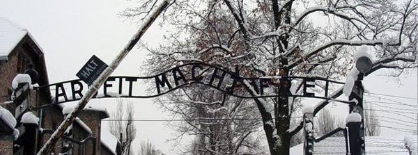 """Arbeit macht frei"", Eingangstor des KZ Auschwitz, Polen 2005, Foto: Saforrest [http://commons.wikimedia.org/wiki/File:Auschwitz-Work_Set_Free.jpg Wikimedia Commons] ([https://creativecommons.org/licenses/by-sa/3.0/deed.en CC BY-SA 3.0])"