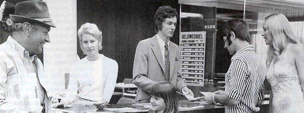 """""""Am Bankschalter, 1971"""" Quelle: Historisches Institut der Deutschen Bank AG©, mit freundlicher Genehmigung."""