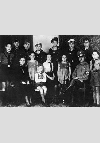 """""""Volksgemeinschaft"""" als Versprechen von Inklusion ...  Original-Bildunterschrift: """"Zentralbild, 13.8.1943, II. Weltkrieg 1939-45 Unser Bild zeigt den politischen NS-Leiter Reichel (aus Erdmannsdorf in Sachsen) mit seiner Frau und seinen zwölf Kindern. Die Mutter trägt das 'Mutterkreuz'. Fünf Söhne sind bei der faschistischen deutschen Wehrmacht; der sechste ist beim Reichs-Arbeitsdienst. Die kleineren Kinder sind alle in faschistischen Jugendorganisationen"""" (Scherl Bilderdienst) [http://commons.wikimedia.org/wiki/File:Bundesarchiv_Bild_183-J15063,_Familie_mit_12_Kindern.jpg?uselang=de Wikimedia Commons] ([http://creativecommons.org/licenses/by-sa/3.0/deed.de CC BY-SA 3.0 DE])"""