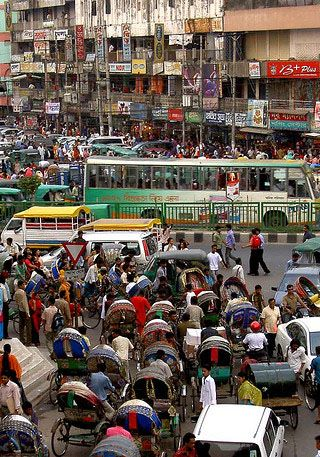 Rushhour in Dhaka (Bangladesch) 2008. Foto: lepetitNicolas, Quelle: [https://www.flickr.com/photos/petitnic/4414589748/ Flickr] ([https://creativecommons.org/licenses/by-nc-sa/2.0/ CC BY-NC-SA 2.0])