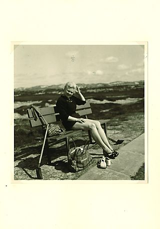 Aus einem Fotoalbum (ca. 1955/56): Ingeborg auf Amrum, Quelle: [https://www.flickr.com/photos/found-photos/2510327189/ Flickr] ([https://creativecommons.org/licenses/by-nc-sa/2.0/ CC BY-NC-SA 2.0]). Seite aus einem auf Ebay gekauften Fotoalbum vermutlich von einer Familie aus Hamburg.