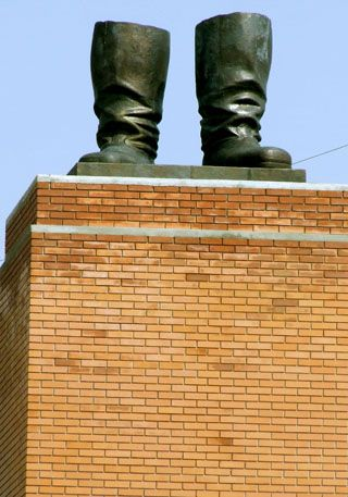 """Stalin's Boots"", Szoborpark bei Budapest, 2007, Foto: Ines Zgonc. [http://commons.wikimedia.org/wiki/File:Stalin%27s_Boots.jpg Wikimedia Commons] ([https://creativecommons.org/licenses/by/3.0/deed.en CC BY 3.0])"