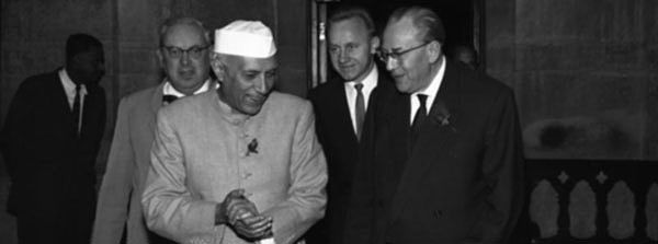 Jawaharlal Nehru bei Otto Grotewohl, Januar 1959, Foto: Walter Heilig, Quelle: [http://commons.wikimedia.org/wiki/File:Bundesarchiv_Bild_183-61849-0001,_Indien,_Otto_Grotewohl_bei_Ministerpr%C3%A4sident_Nehru.jpg Wikimedia Commons] ([http://creativecommons.org/licenses/by-sa/3.0/de/deed.en CC BY-SA 3.0 DE])