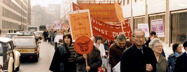 Protestzug zur Solidaritätsbekundung für die streikenden britischen Bergarbeiter, London 1984. Quelle: Nick [http://commons.wikimedia.org/wiki/File:Miners_strike_rally_London_1984.jpg Wikimedia Commons] ([https://creativecommons.org/licenses/by/2.0/ CC BY 2.0])