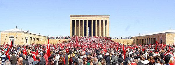 Kemalistische Demonstrant/innen vor Atatürk-Mausoleum, Anıtkabir, April 2007, Foto: Selahattin Sonmez [http://commons.wikimedia.org/wiki/File:Protect_Your_Republic_Protest_-_2_%282007-04-14%29.jpg Wikimedia Commons] ([https://creativecommons.org/licenses/by-sa/2.5/deed.en CC BY-SA 2.5])