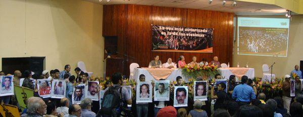 Tegucigalpa, Honduras: Gedenken an die ermordeten AktivistInnen während der Vorstellung  des Berichts der alternativen Wahrheitskommission, die über Menschenrechtsverletzungen während und nach dem zivil-militärischen Putsch 2009 berichtet. Foto: Hondurasdelegation. Bericht der alternativen Wahrheitskommission, Quelle: [http://www.flickr.com/photos/hondurasdelegation/8060478778/ Flickr] ([https://creativecommons.org/licenses/by-nc-sa/2.0/ CC BY-NC-SA 2.0]).