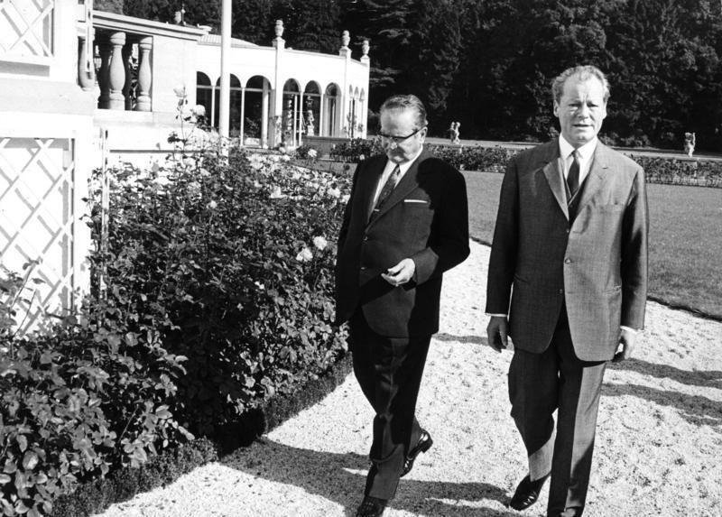Treffen von Bundeskanzler Willy Brandt mit Staatspräsident Tito im Schloß Röttgen, 11. Oktober 1970, Fotograf: Ludwig Wegmann, Presse- und Informationsamt der Bundesregierung - Bildbestand (B 145 Bild). Quelle: [http://commons.wikimedia.org/wiki/File:Bundesarchiv_B_145_Bild-F032669-0029,_Bonn,_Brandt_mit_Staatspr%C3%A4sident_Tito.jpg Wikimedia Commons] ([http://creativecommons.org/licenses/by-sa/3.0/de/deed.en CC BY-SA 3.0 DE])