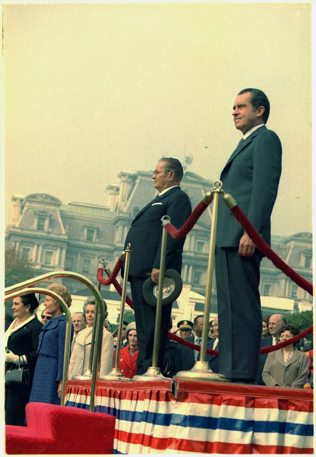 Empfangszeremonie für Tito vor dem Weißen Haus, 28. Oktober 1971, Fotograf: Robert L. Knudsen. NARA record: 8451337 / Richard Nixon Presidential Library and Museum. Quelle: [http://commons.wikimedia.org/wiki/File:Arrival_ceremony_for_President_Tito_of_Yugoslavia,_on_the_South_grounds_of_the_White_House_-_NARA_-_194385.tif Wikimedia Commons] ([http://en.wikipedia.org/wiki/Public_domain Public domain])