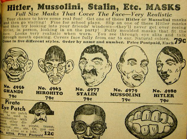 Aus einem Katalog von 1943: Masken zeitgenössischer Politiker und Diktatoren im Angebot, Johnson Smith & Co. NOVELTIES CATALOG, Detroit, Michigan, U.S.A. Quelle: [https://www.flickr.com/photos/61456874@N00/172990029/in/photolist-ghBUH-cKafpw-xispf-2f64Dd-5yyyy8-9ZaYcd-7Bqzc-bSF7ZF-5CKHf2-53vHJp-bLEGEv-sH7Br-65cm9P Flickr] ([https://creativecommons.org/licenses/by-nc-sa/2.0/deed.de CC BY-NC-SA 2.0]).