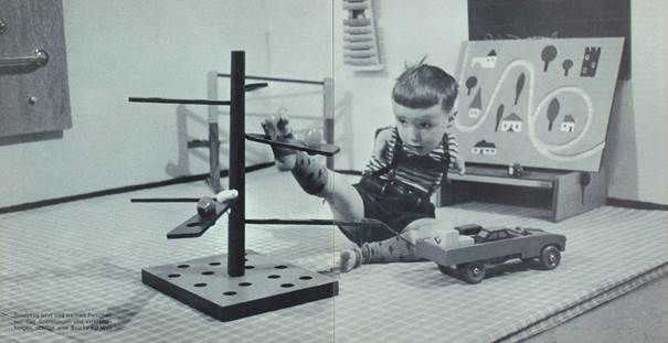 """Ein durch Contergan geschädigter Junge beim Spiel, Quelle: Broschüre """"Sorgenkinder unter uns"""" (1966), Archiv der Aktion Sorgenkind, Signatur: AB-1-2007-436, © mit freundlicher Genehmigung."""