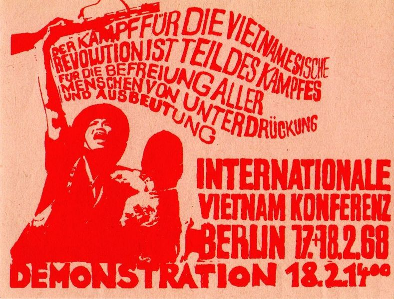 Demonstrationsaufruf zur Internationalen Vietnam-Konferenz in Berlin am 18. Februar 1968, Quelle: Abubiju [http://commons.wikimedia.org/wiki/File:Internationale_Vietnam-Konferenz_1968.jpg?uselang=de Wikimedia Commons] ([http://en.wikipedia.org/wiki/Public_domain?uselang=de gemeinfrei]).