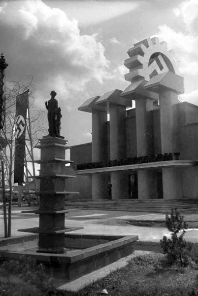 """Eröffnung der Ausstellung """"Deutsches Volk – Deutsche Arbeit"""" am Kaiserdamm in Berlin im April 1934, Fotograf unbekannt, Bestand: Aktuelle-Bilder-Centrale, Georg Pahl - Bildbestand (R 102), Quelle: [http://commons.wikimedia.org/wiki/File:Bundesarchiv_Bild_102-15750,_Ausstellung_%22Deutsches_Volk-Deutsche_Arbeit%22.jpg?uselang=de Wikimedia Commons/Bundesarchiv Bild 102-15750] ([https://creativecommons.org/licenses/by-sa/3.0/de/deed.en CC BY-SA 3.0 DE])."""