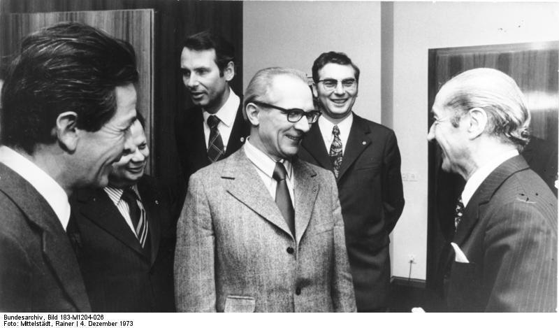 Solche Treffen, wie das am 4. Dezember 1973 von Enrico Berlinguer (l.), dem Generalsekretär der italienischen Kommunistischen Partei (PCI), mit Erich Honecker (M.), Hermann Axen (2.v.l.), Werner Lamberz (2.v.r.) u.a., trugen dazu bei, im Westen Ängste zu schüren. Fotograf: Rainer Mittelstädt, Quelle: [http://commons.wikimedia.org/wiki/File:Bundesarchiv_Bild_183-M1204-026,_Berlin,_Besuch_Berlinguer_bei_Honecker.jpg?uselang=de Wikimedia Commons/Bundesarchiv, Bild 183-M1204-026] ([https://creativecommons.org/licenses/by-sa/3.0/deed.de CC BY-SA 3.0])