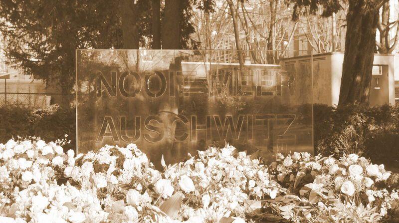"""Auschwitzmonument in Amsterdam, 2013, Fotograf: thausj, Quelle: [https://www.flickr.com/photos/42151532@N04/8502861989/in/photolist-dXt4hC-dXnnmk-dXnp8K-dXnoCM Flickr] ([https://creativecommons.org/licenses/by-nc-sa/2.0/deed.de CC BY-NC-SA 2.0]).<br /> """"[D]er Holocaust gehört nicht mehr nur Israel oder den Juden, er gehört heute der ganzen Welt"""", sagte Tom Segev 2006 in einem Interview mit der """"Wiener Zeitung"""" (27.5.2006). Die Frage nach der """"Universalisierung des Holocaust"""" steht im Fokus der Wissenschaft wie auch der Geschichtspolitik - und zeigt sich aktuell in der Kontroverse darüber, inwieweit der Holocaust die prägende gemeinsame Erfahrung in Europa sei bzw. ob nicht auch der Stalinistische Terror einen ähnlichen Stellenwert in der europäischen Erinnerung einnehmen sollte."""