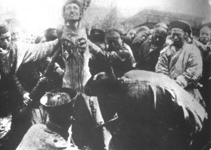 """Ein Schlüsseldokument für Georges Bataille: Gewalt, Schmerz und Entrückung während einer öffentlichen Hinrichtung in China. Dieses Foto zeigt die letzte offizielle Hinrichtung in China 1905 durch die """"tausend Schnitte"""" (Lingchi), eine Form des langsamen Zu-Tode-Folterns. Das Foto und damit die Hinrichtungsmethode des Lingchi wurde u.a. durch den illustrierten Reisebericht von Louis Carpeaux """"Pékin qui s'en va"""" (Peking wie es war) von 1913  in Frankreich bekannt. Bataille veröffentlichte mehrere Fotos davon in seiner illustrierten Kunstgeschichte """"Les larmes d'eros"""" (Die Tränen des Eros) 1961. Quelle: [http://commons.wikimedia.org/wiki/File:Supplice_Fou-Tchou-Li.jpg?uselang=de Wikimedia Commons] ([http://en.wikipedia.org/wiki/Public_domain?uselang=de gemeinfrei])."""