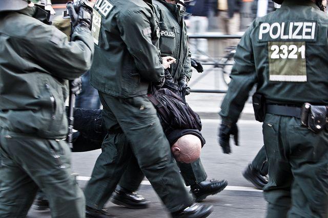 """""""Revolutionäre-1. Mai-Demonstration"""" am 1. Mai 2011 in Berlin Kreuzberg. Gewaltanwendung in einer Situation """"emotionaler Dominanz"""" (Collins/Nassauer) – in diesem Falle Polizisten während einer Demonstration. Foto:_dChris,  Quelle: [https://www.flickr.com/photos/_dchris/5683536032/in/photolist-9EeBfy-9185xb-9186cy-914Zs6-9187aE-9186o5-914T7P-914ZAB-9EbHYP-7KAMuH-9EbBLV-9151d8-9EeB4N-9EeASY-9EeBFq-9EeBtq-9EbFca-7KEwFb-a2MvzJ-pBQ8aG-oXqTJk-8ZPb1k-8ZPqqv-efpMgA-bvELkV-5HA6mm-9EeDNd-a2MLgo-7KAywe-7KEHij-7KADbt-bvEHZV-8ZPdCa-8ZPh5r-pBK1Fr-9EeBS5-bvEMPn-9EbAb6-8ZPd7X-8ZStg1-8ZSuvE-8ZSkc3-8ZPcar-8ZStBG-8ZPjRn-8ZPfBZ-8ZSoYb-8ZSje7-8ZPgDH-8ZPjmF Flickr] ([https://creativecommons.org/licenses/by/2.0/ CC BY 2.0])."""