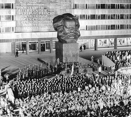 Chemnitz, Karl Marx-Monument, FDJ-Versammlung 10. Oktober 1971, Fotograf: Wolfgang Thieme, Quelle: [http://commons.wikimedia.org/wiki/File:Bundesarchiv_Bild_183-K1010-0007,_Chemnitz,_Karl-Marx-Denkmal,_FDJ_Versammlung.jpg Wikimedia Commons/Bundesarchiv, Bild 183-K1010-0007] ([https://creativecommons.org/licenses/by-sa/3.0/de/deed.en CC BY-SA 3.0 DE]).