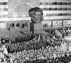 Chemnitz, Karl Marx-Monument, FDJ-Versammlung 10. Oktober 1971, Fotograf: Wolfgang Thieme, Quelle: [http://commons.wikimedia.org/wiki/File:Bundesarchiv_Bild_183-K1010-0007,_Chemnitz,_Karl-Marx-Denkmal,_FDJ_Versammlung.jpg Wikimedia Commons/Bundesarchiv, Bild 183-K1010-0007] ([https://creativecommons.org/licenses/by-sa/3.0/de/deed.en CC BY-SA 3.0 DE]).