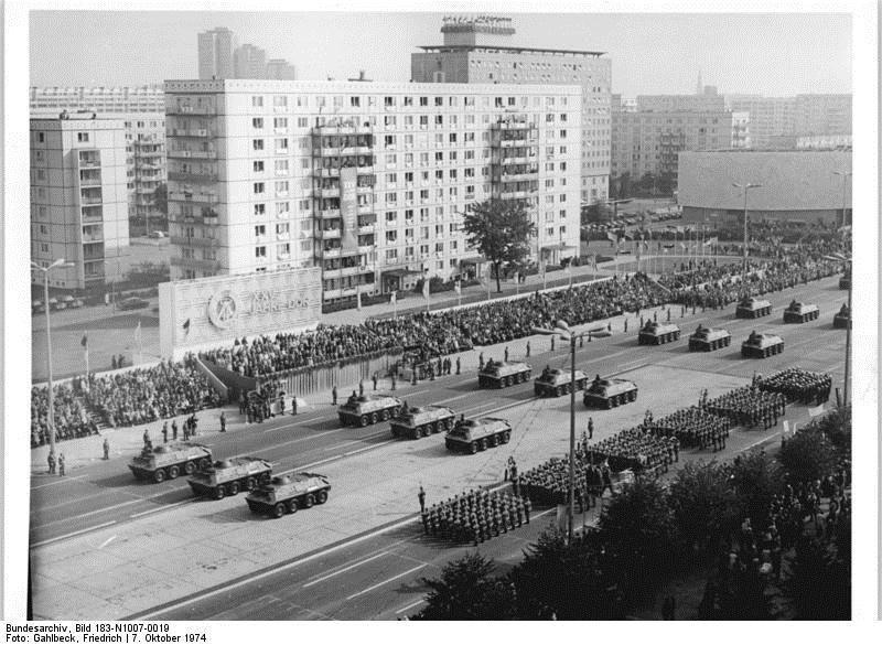 Oktober 1974, Berlin, Fotograf: Friedrich Gahlbeck. Die Abbildung zeigt die Ehrenparade der NVA auf der Karl-Marx-Allee in Berlin am 7.10.1974. Quelle: [http://commons.wikimedia.org/wiki/File:Bundesarchiv_Bild_183-N1007-0019,_Berlin,_25._Jahrestag_DDR-Gr%C3%BCndung,_Parade.jpg Wikimedia Commons/Bundesarchiv, Bild 183-N1007-0019] ([https://creativecommons.org/licenses/by-sa/3.0/de/deed.en CC BY-SA 3.0 DE]).