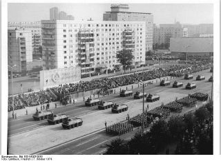 Oktober 1974, Berlin, Fotograf: Friedrich Gahlbeck. Die Abbildung zeigt die Ehrenparade der NVA auf der Karl-Marx-Allee in Berlin am 7.10.1974. Quelle: [http://commons.wikimedia.org/wiki/File:Bundesarchiv_Bild_183-N1007-0019,_Berlin,_25._Jahrestag_DDR-Gr%C3%BCndung,_Parade.jpg Wikimedia Commons/Bundesarchiv, Bild 183-N1007-0019] ([https://creativecommons.org/licenses/by-sa/3.0/de/deed.en CC BY-SA 3.0 DE]).