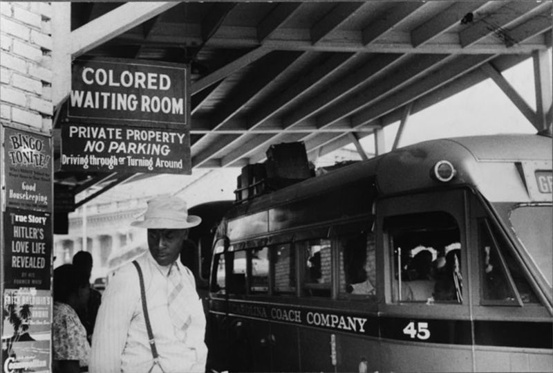 Fotograf: Jack Delano, At the Bus Station in Durham, North Carolina, Mai 1940. [http://www.loc.gov/rr/print/res/071_fsab.html U.S. Farm Security Administration/Office of War Information Black & White Photographs], Quelle: [http://www.loc.gov/pictures/resource/fsa.8a33837/ Library of Congress Prints and Photographs Division Washington] / [https://commons.wikimedia.org/wiki/File:JimCrowInDurhamNC.jpg?uselang=de Wikimedia Commons] ([http://en.wikipedia.org/wiki/Public_domain?uselang=de gemeinfrei]).