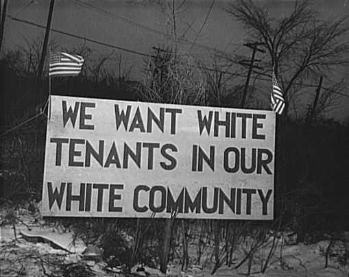 """Fotograf: Arthur S. Siegel, Februar 1942, Detroit, Michigan. Riot at the Sojourner Truth homes, a new U.Sn federal housing project, caused by white neighbors' attempt to prevent Negro tenants from moving in. Sign with American flag """"We want white tenants in our white community"""", directly opposite the housing project.  [http://www.loc.gov/rr/print/res/071_fsab.html U.S. Farm Security Administration/Office of War Information Black & White Photographs], Quelle: [http://loc.gov/pictures/resource/fsa.8d13572/ Library of Congress Prints and Photographs Division Washington] / [https://commons.wikimedia.org/wiki/File:We_want_white_tenants.jpg?uselang=de Wikimedia Commons] ([http://en.wikipedia.org/wiki/Public_domain?uselang=de gemeinfrei])."""