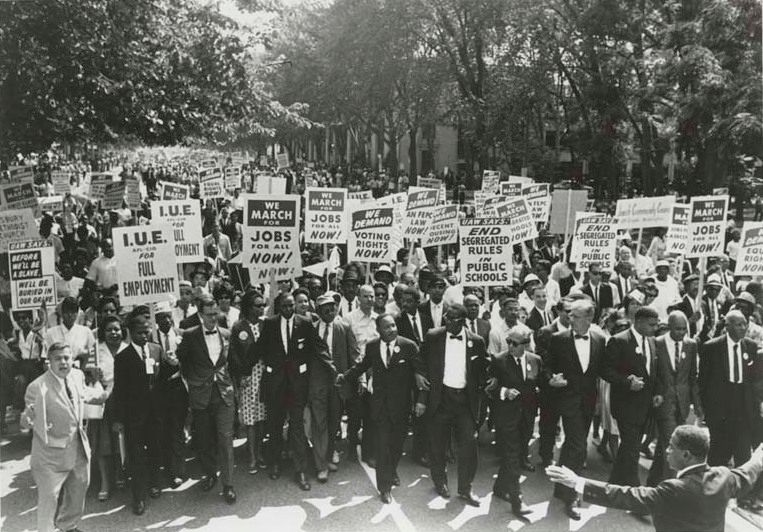 Fotograf: unbekannt, March on Washington for Jobs and Freedom, Martin Luther King, Jr. and Joachim Prinz pictured, 1963. Quelle: [http://access.cjh.org/home.php?type=extid&term=1432347#1 American Jewish Historical Society] / [https://commons.wikimedia.org/wiki/File:March_on_Washington_for_Jobs_and_Freedom,_Martin_Luther_King,_Jr._and_Joachim_Prinz_1963.jpg Wikimedia Commons], Lizenz: This material may be used for personal, research and educational purposes only. Any other use without prior authorization is prohibited. Please contact the American Jewish Historical Society at reference@ajhs.org for further information.