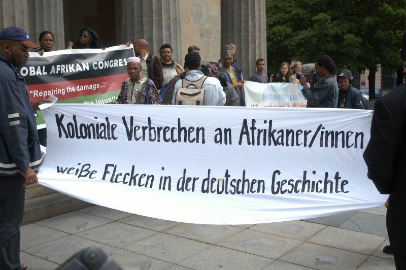 Demonstration vor der Neuen Wache Berlin aus Anlass der Namibia-Resolution des Deutschen Bundestages im Juni 2004. Foto: ©U. Winkler.