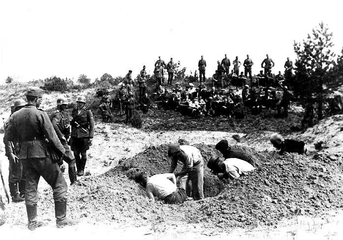 Juli 1941, Litauen, Fotograf: unbekannt. Das Foto zeigt eine Untereinheit der Einsatzgruppe A auf sowjetischem Gebiet, die die Menschen zwang, ihr eigenes Grab zu schaufeln, Quelle: [http://commons.wikimedia.org/wiki/File:EG_A_%C5%A0iauliai_Lithuania_July_1941.JPG Wikimedia Commons] ([http://en.wikipedia.org/wiki/Public_domain Public Domain]).