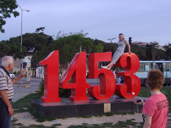 Denkmal an die Eroberung Konstantinopels 1453 in Istanbul: einst Wendepunkt im Ringen zwischen Orient und Okzident, heute Kinderspielplatz und Klettergerüst für Touristen. Foto: ©Felix Wiedemann.