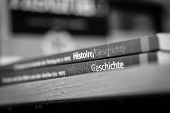 """Das erste deutsch-französische Geschichtsschulbuch für Schüler/innen der gymnasialen Oberstufe """"Histoire/Geschichte"""", Éditions Nathan/Ernst Klett Verlag, 3 Bände 2006-2010, Foto: © Marek Kruszewski"""