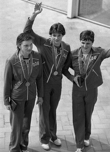 """Olympiade in Moskau 1980, Siegerinnen über 200 Meter Rücken. Die Originalbeschreibung von ADN am 27.7.1980 lautete: """"Moskau: Olympia/ Erneut dreifacher DDR-Erfolg/ Ihre dritte Goldmedaille holte sich Rica Reinisch (DDR/M.), die die 200 m Rücken in der neuen Weltrekordzeit von 2:11,77 min. vor Cornelia Polit (l./Silber) und Birgit Treiber (r./Bronze) für sich entschied. Die 15jährige Siegerin vom SV Einhait Dresden holte sich bereits mit der 4 x 100-m-Lagenstaffel und über 100 m Rücken Gold."""" Foto: Wolfgang Kluge. Quelle: [http://commons.wikimedia.org/wiki/File:Bundesarchiv_Bild_183-W0727-138,_Moskau,_Olympiade,_Siegerinnen_%C3%BCber_200_m_R%C3%BCcken.jpg Bundesarchiv Bild 183-W0727-138 CC-BY-SA]."""