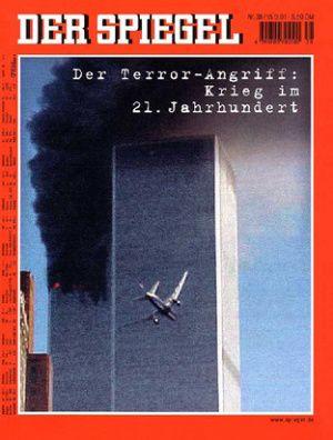 """Cover """"Spiegel"""" 15. September 2001, Heft 38 (2001). Quelle: [https://magazin.spiegel.de/EpubDelivery/image/title/SP/2001/38/100.html Der Spiegel]. Bildpolitisch handelte es sich bei den Bildern von 9/11 nach dem Atombombenabwurf der USA über Hiroshima und Nagasaki um die vermutlich folgenreichsten Bildakte der Geschichte, durch die das Bild endgültig seine Unschuld verlor. Hier wie dort ging es nicht primär um die Tötung von Menschen, sondern um die Erzeugung von markanten Bildern, durch die Dritte """"getroffen"""" werden sollten: hier die Sowjetunion und ihre Trabanten - dort die nicht-islamische kapitalistische Welt des Westens unter Vormacht der USA. Während der Atompilz das atomare Wettrüsten potenziell gleich starker Militärblöcke symbolisierte, waren die Bilder von 9/11 sichtbarster Ausdruck der """"neuen Kriege"""" (Herfried Münkler) ungleicher, asymmetrisch gewordener Konfliktpartner, in denen Bilder zunehmend die Funktion erfüllen, militärische Defizite zu kompensieren. Erstmals fungierte in New York 2001 zudem ein Bild als Kampfansage des Terrorismus, die von Politik und Medien vorschnell als """"Kriegserklärung"""" gedeutet wurde. Die terroristische Botschaft - auch das ein Novum - reduzierte sich auf die symbolische Tat und deren Bilder ohne jeden erläuternden Subtext. Das Bild des Angriffs erzeugte eine neue Realität - """"reality 9/11"""" – mit den bekannten Folgen des weltweiten """"Krieges gegen den Terrorismus"""". In diesem Sinne ist der Bilderkosmos von 9/11 als genuiner """"Bildakt"""" im Sinne von Horst Bredekamp zu deuten. <br /> Ausführlich zu diesem Bild: Gerhard Paul, """"Reality 9/11"""". Das Bild als Tat, der Aufmerksamkeitsterror und die modernen Bilderkriege, in: ders., BilderMACHT. Studien zur Visual History des 20. und 21. Jahrhunderts, Göttingen 2013, S. 567-600."""