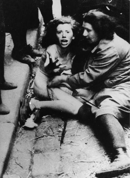 """Nach dem Einmarsch deutscher Besatzungstruppen in Lemberg kam es dort am 30.6. und 1.7. 1941 zu Pogromen. Nichtjüdische ukrainische Einwohner misshandelten und demütigten ihre jüdischen Nachbarn, jagten sie z.T. entkleidet durch die Straßen, bevor sie von Angehörigen deutscher Einsatzgruppen erschossen wurden. Quelle: [http://bpkgate.picturemaxx.com/index.php?LANGUAGE=DE_DE&WGSESSID=2c02e812823e0704a0b27a02b4eb72d5Pogrom%20in%20Lemberg%201941&TABLIGHTBOX=RESULT&SEARCHMODE=NEW&SEARCHTXT1=Pogrom%20in%20Lemberg%201941 Bildarchiv Preußischer Kulturbesitz, Bildnummer: 30010096] (© bpk). Wie kaum ein anderer Pogrom wurde das Ereignis von Dutzenden von Fotografen und Kameraleuten festgehalten, sodass den wenigen Überlebenden noch Jahrzehnte später das Klicken der Fotoapparate im akustischen Gedächtnis präsent war. Fotoapparat und Filmkamera waren zur Waffe geworden. Zum Teil wurden in Lemberg wie später dann erst wieder im Vietnamkrieg Prügel-, Verfolgungs- und Entkleidungsszenen eigens für Fotografen und Kameramänner inszeniert. Später wurden die Aufnahmen aus Lemberg vielfach für unterschiedliche Zwecke entfremdet und bewusst falschen Zusammenhängen zugeordnet. Damit sind drei Ebenen des Bildes bezeichnet: Bilder als historische Quellen, in denen sich Gewalt dokumentiert; Bilder selbst als Akte der Gewalt in Kriegs- und Pogromsituation; Bildern denen selbst 'Gewalt' angetan wird, indem sie etwa falsch kontextualisiert und propagandistisch 'missbraucht' werden. <br />  Ausführlich zu diesen Bildern siehe Gerhard Paul, """"Bloodlands"""" '41. Gewalt in Bildern – Bilder als Gewalt – Gewalt an Bildern, in: ders., BilderMACHT. Studien zur Visual History des 20. und 21. Jahrhunderts, Göttingen 2013, S. 155-198."""