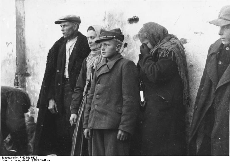 """... """"Volksgemeinschaft"""" als Praxis der Exklusion <br /> 1939: """"Ausgesiedelte"""" polnische Familie (Matschak) aus Skaradsch, Fotograf: Wilhelm Holtfreter, Bestand: Reichskommissar für die Festigung deutschen Volkstums - Bildbestand (R 49 Bild) Quelle  ([https://creativecommons.org/licenses/by-sa/3.0/de/deed.en CC BY-SA 3.0 DE]): [http://commons.wikimedia.org/wiki/File:Bundesarchiv_R_49_Bild-0129,_Ausgesiedelte_polnische_Familie.jpg Wikimedia Commons/Bundesarchiv]."""