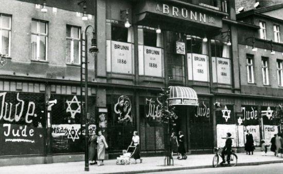 """Pogrom in Berlin, Juni 1938: Möbelhaus Adolf Brünn jr, Berliner Allee 29-31 (Weißensee) Fotograf: Hans Spieldoch, © Stiftung Neue Synagoge Berlin - Centrum Judaicum, mit freundlicher Genehmigung.  <br /> Im Sommer 1938 kam es zu pogromartigen Übergriffen in Berlin, bei denen jüdische Geschäfte durch Schmierereien """"markiert"""" wurden. Im Centrum Judaicum in Berlin befinden sich zwei Konvolute von Fotos, die während des Pogroms gemacht wurden. Sie stammen zum Teil wahrscheinlich von dem jüdischen Berliner Fotografen Hans Spieldoch, dem es später gelang zu emigrieren. Zu den Fotos und ihren Kontexten: Christoph Kreutzmüller/Hermann Simon/Elisabeth Weber, Ein Pogrom im Juni. Fotos antisemitischer Schmierereien in Berlin, 1938, Berlin 2013."""
