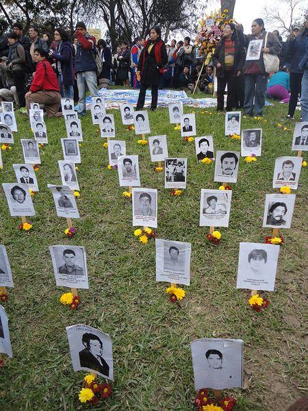 Lima, 26.08.2011, Fotografin: Catherine Binet. Fotoinstallation von verschwundenen und vermissten Personen am Jahrestag der Wahrheits- und Versöhnungskommission in Lima, Peru, Quelle ([https://creativecommons.org/licenses/by-nc-sa/2.0/ CC BY-NC-SA 2.0]): [http://www.flickr.com/photos/advocacy_project/6118990269/ Flickr].