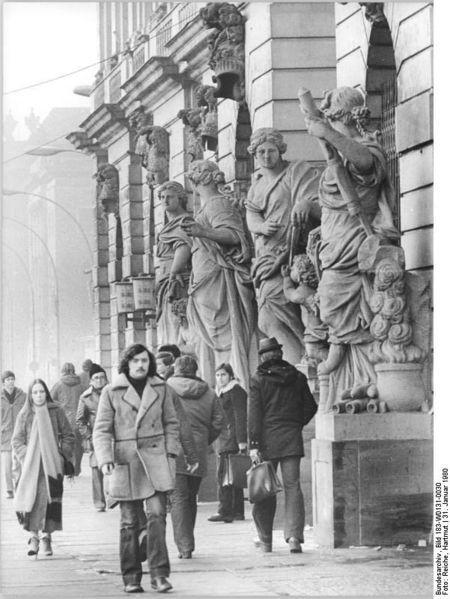 """Berlin 1980, Unter den Linden, Museum für Deutsche Geschichte. Originaltext ADN: """"ADN-ZB Reiche 31.1.1980 Berlin: Unter den Augen antiker Schönheiten - auch im Januar ist ein Bummel Unter den Linden reizvoll. Hier vor dem Museum für Deutsche Geschichte."""" Fotograf: Hartmut Reiche, Quelle ([http://creativecommons.org/licenses/by-sa/3.0/deed.de CC BY-SA 3.0 DE]): [http://commons.wikimedia.org/wiki/File:Bundesarchiv_Bild_183-W0131-0030,_Berlin,_Unter_den_Linden,_Museum_f%C3%BCr_Deutsche_Geschichte.jpg?uselang=de Wikimedia Commons/Bundesarchiv Bild 183-W0131-0030]."""