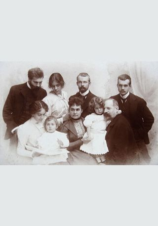 Die bürgerliche Familie – Erfolgsgemeinschaft, Karrierebasis, Zwangskorsett, Gefühlsraum.<br /> Fotograf: Constantin Luck (1889-1915), Düsseldorf: Foto der bügerlichen Maler-Familie Sohn-Rethel, Düsseldorf um 1900 [https://commons.wikimedia.org/wiki/File:Sohn-Rethel_Familie_Foto_ca._1900.JPG?uselang=de Wikimedia Commons] ([https://creativecommons.org/publicdomain/mark/1.0/deed.de Public Domain])