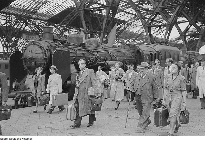 Nicht nur am Schreibtisch – die Vielfalt kaufmännischer Tätigkeiten.<br /> Foto: Renate und Roger Rössing. Ankunft von Händlern am Hauptbahnhof Leipzig, zwischen dem 2. und 7. September 1951. Quelle: [http://commons.wikimedia.org/wiki/File:Fotothek_df_roe-neg_0006176_002_Ankunft_von_H%C3%A4ndlern_am_Hauptbahnhof.jpg Wikimedia Commons] / [http://www.deutschefotothek.de/ Deutsche Fotothek] df_roe-neg_0006176_002 ([https://creativecommons.org/licenses/by-sa/3.0/de/deed.en CC BY-SA 3.0 DE]).
