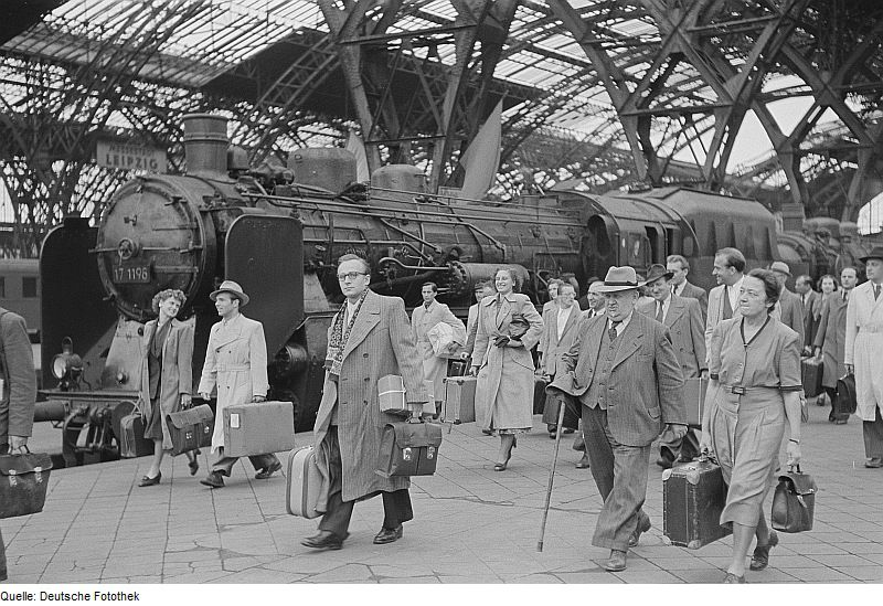 Not just desk work – the varied forms of white-collar work.<br /> Photo: Renate und Roger Rössing. Arrival of merchants at Leipzig central train station between 2 and 7 September 1951. Source: [http://commons.wikimedia.org/wiki/File:Fotothek_df_roe-neg_0006176_002_Ankunft_von_H%C3%A4ndlern_am_Hauptbahnhof.jpg Wikimedia Commons] / [http://www.deutschefotothek.de/ Deutsche Fotothek] df_roe-neg_0006176_002 ([https://creativecommons.org/licenses/by-sa/3.0/de/deed.en CC BY-SA 3.0 DE]).