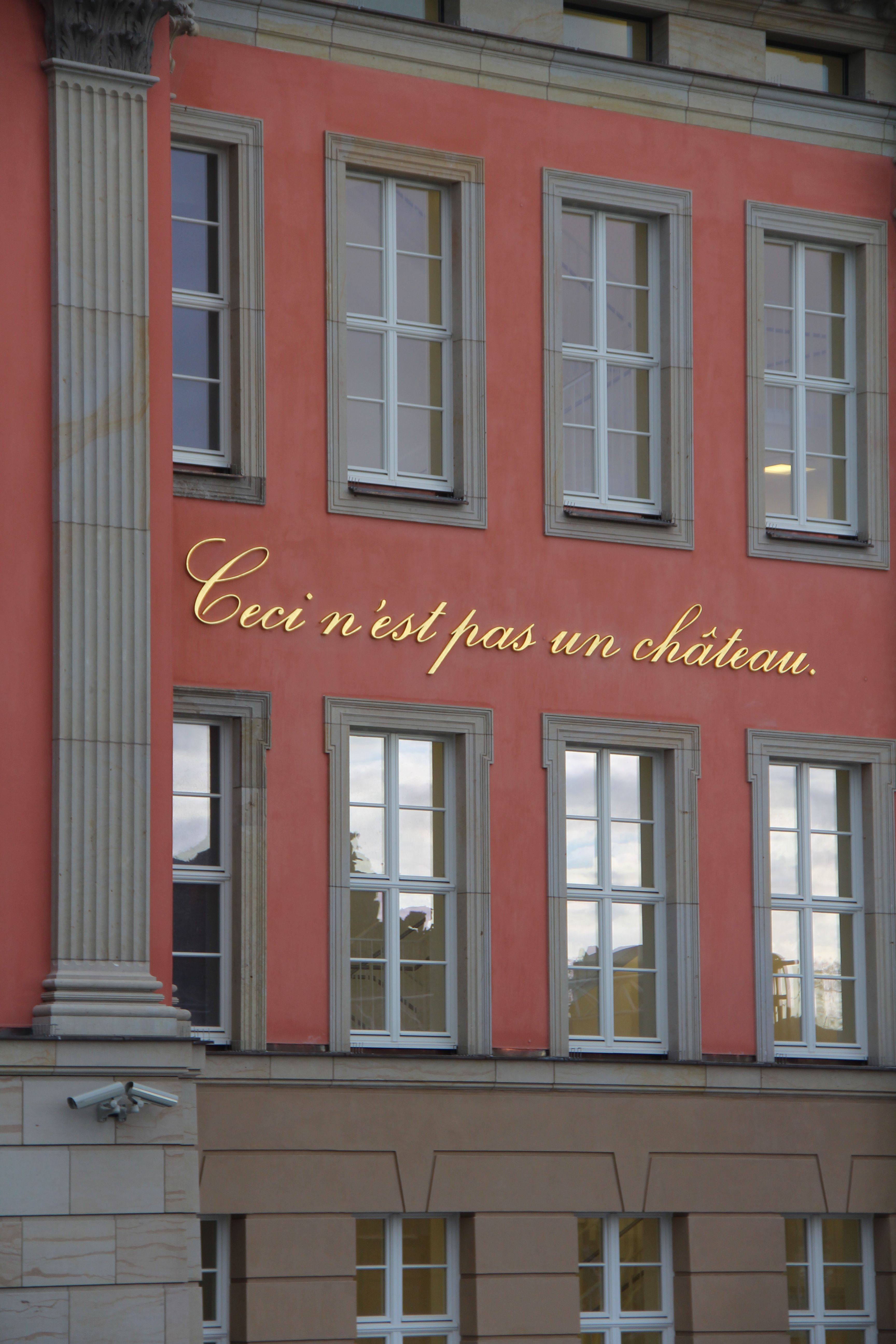 "Brandenburg State Parliament: ""Ceci n'est pas un château"". Installation: Annette Paul; Photo: Dominik Juhnke, 2013, License: [https://creativecommons.org/licenses/by-nc/3.0/de/ CC BY-NC 3.0 DE]<br />"