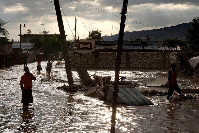"Naturkatastrophen: Tropische Stürme und Überschwemmungen. Haiti, 9. September 2008. ""Tropical Storm Hanna Floods Gonaives. People walk through the flooded streets of Gonaives, Haiti. 8 days after tropical storm Hanna swept through the area."" Photo ID 192484. 09/09/2008. Gonaives, Haiti. Quelle: [https://www.unmultimedia.org/photo/ UN Photo Logan Abassi] / [https://www.flickr.com/photos/un_photo/5479976200/ Flickr] ([https://creativecommons.org/licenses/by-nc-nd/2.0/ CC BY-NC-ND 2.0])."