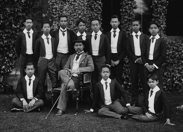 """Der thailändische König Chulalongkorn (1853-1910) während seiner zweiten """"Grand Tour"""" durch Europa mit seinen Söhnen in England 1907, Fotograf: unbekannt. Quelle: [https://commons.wikimedia.org/wiki/Category:Grand_Tour?uselang=de#/media/File:Chulalongkorn_and_Princes.jpg Wikimedia Commons] ([https://commons.wikimedia.org/w/index.php?title=Commons:Licensing&uselang=de#Material_in_the_public_domain gemeinfrei])."""