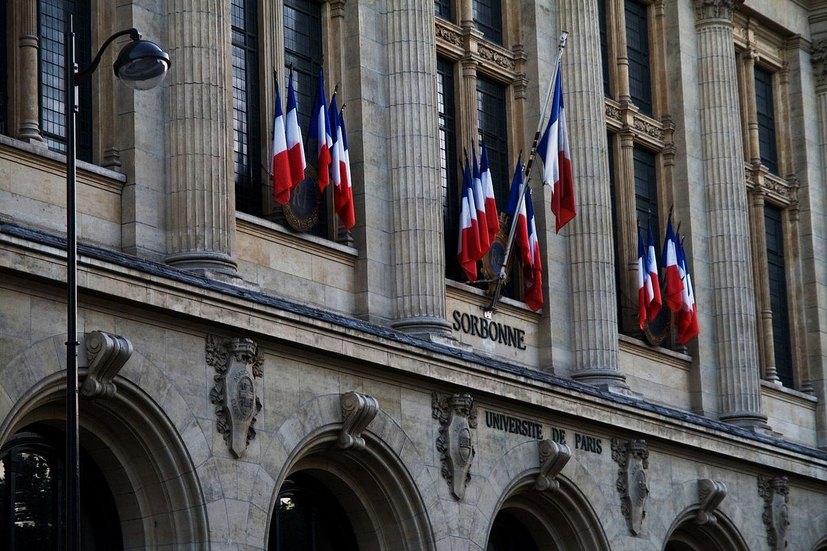 Sorbonne, Paris, Foto: Gouts, 6.8.2014. Quelle: [https://commons.wikimedia.org/wiki/Category:La_Sorbonne#/media/File:Sorbona_Entrada.jpg Wikimedia Commons] ([http://creativecommons.org/licenses/by-sa/4.0/ CC BY-SA 4.0]).