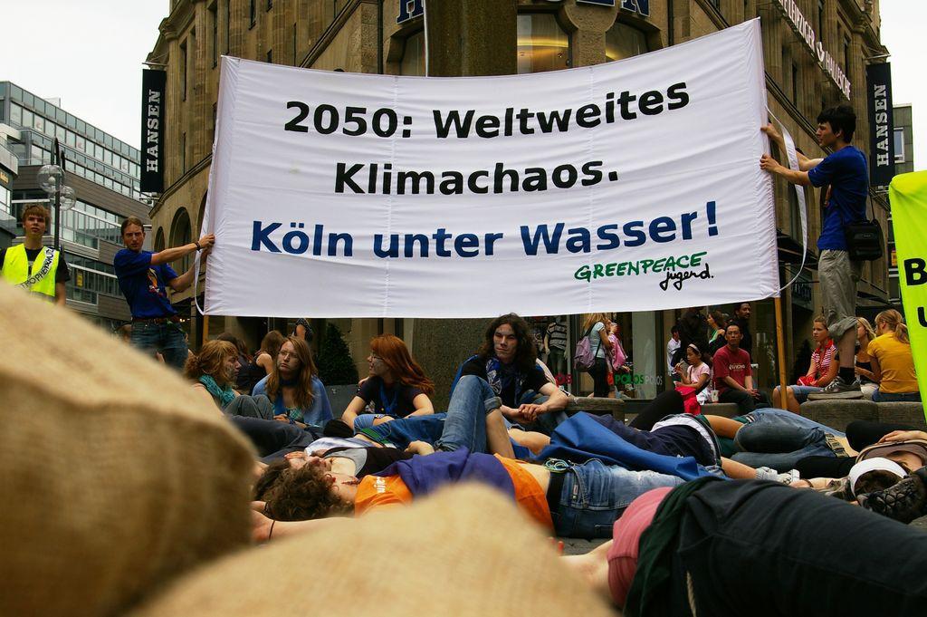 Greenpeace Jugend, Köln 2007, Foto: Richard Brand, 9.6.2007. Quelle: [https://commons.wikimedia.org/wiki/File:Jaggio_koeln.jpg?uselang=de jaggio cologne action Wikimedia Commons] ([https://creativecommons.org/licenses/by-sa/2.0/deed.de CC BY-SA 2.0]).
