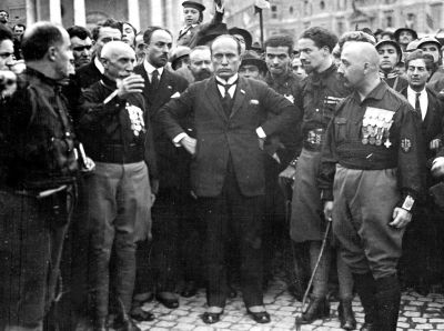 "Bereits im Auftreten und Stil der faschistischen Bewegungen und ihrer ""Führer"" sind zahlreiche Gemeinsamkeiten erkennbar. Benito Mussolini bei seinem ""Marsch auf  Rom"" (Marcia su Roma), 28. Oktober 1922.  Fotograf unbekannt, Quelle: [https://commons.wikimedia.org/wiki/Category:Benito_Mussolini?uselang=de#/media/File:March_on_Rome.jpg Wikimedia Commons] / [http://s1201.photobucket.com/user/Dimesius/media/COM02/w10_21028037.jpg.html Photobucket] ([https://de.wikipedia.org/wiki/Gemeinfreiheit?uselang=de gemeinfrei])."