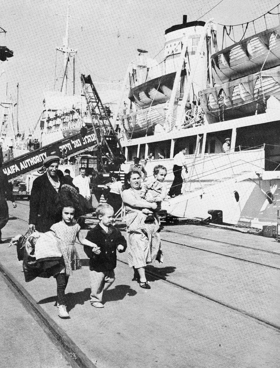 Ankunft von Neueinwanderern im Hafen von Haifa
