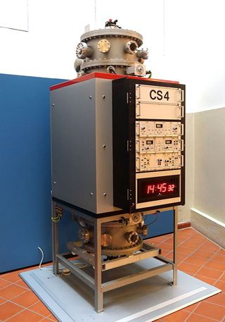 Atomuhr CS4, Physikalisch-Technische Bundesanstalt, Braunschweig 1992. Braunschweigisches Landesmuseum, Braunschweig, Deutschland. Fotograf: Daderot, 18. November 2014. Quelle: [https://commons.wikimedia.org/wiki/File:Atomuhr_CS4_caesium_clock,_Physikalisch-Technische_Bundesanstalt,_Braunschweig,_1992_-_Braunschweigisches_Landesmuseum_-_DSC04949.JPG Wikimedia Commons] ([https://creativecommons.org/publicdomain/zero/1.0/deed.en CC0 1.0 Universal])